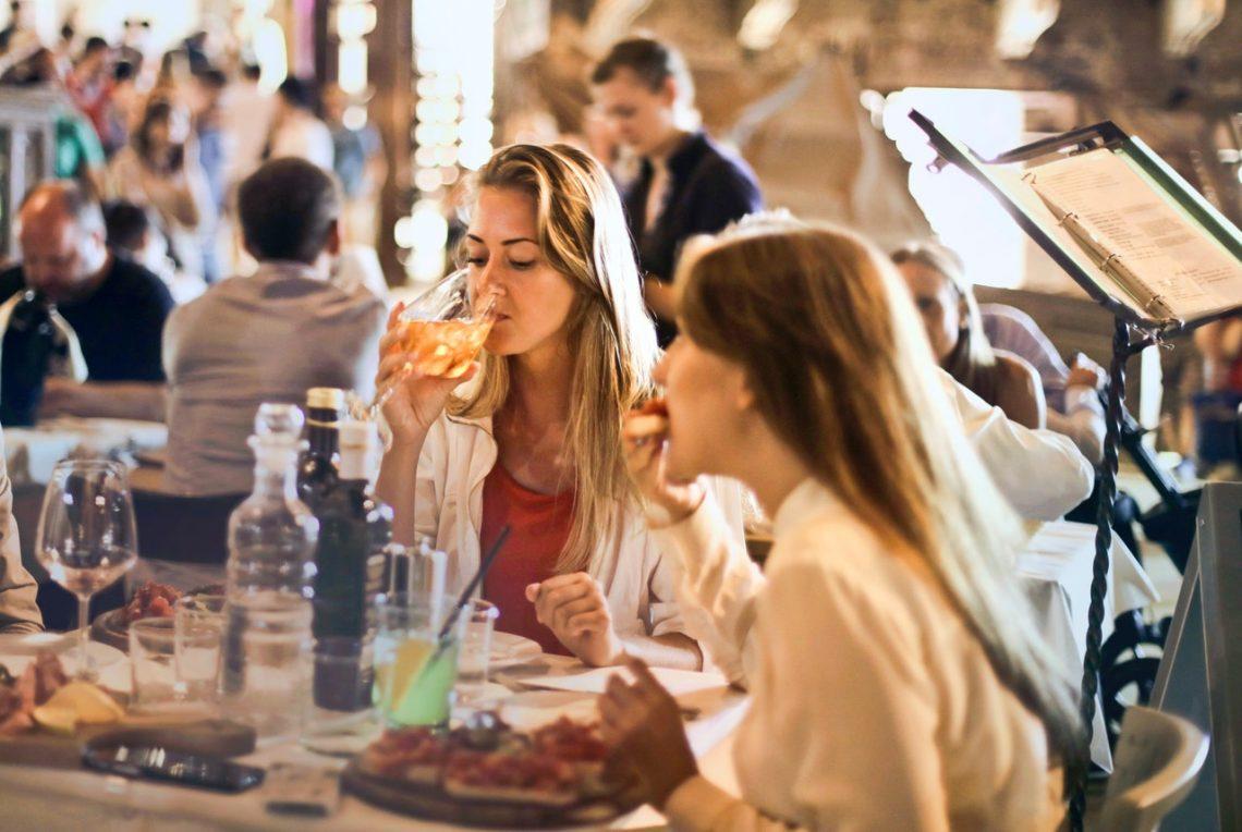 В чем пойти в ресторан полной женщине?